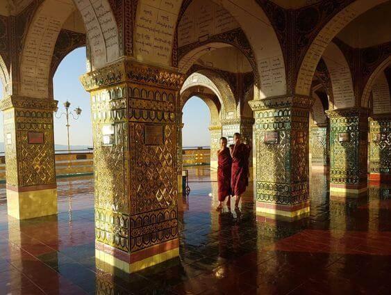 Monjes budistas en los porticos de un templo