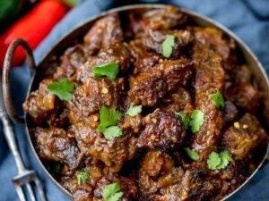 Plato indonesio de carne de ternera con cilantro