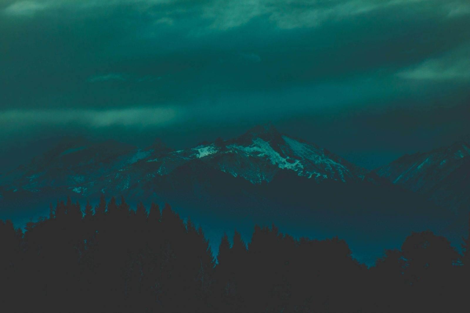vista nocturna de las montañas de bariloche