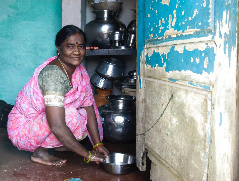 mujer hindú haciendo tareas domésticas