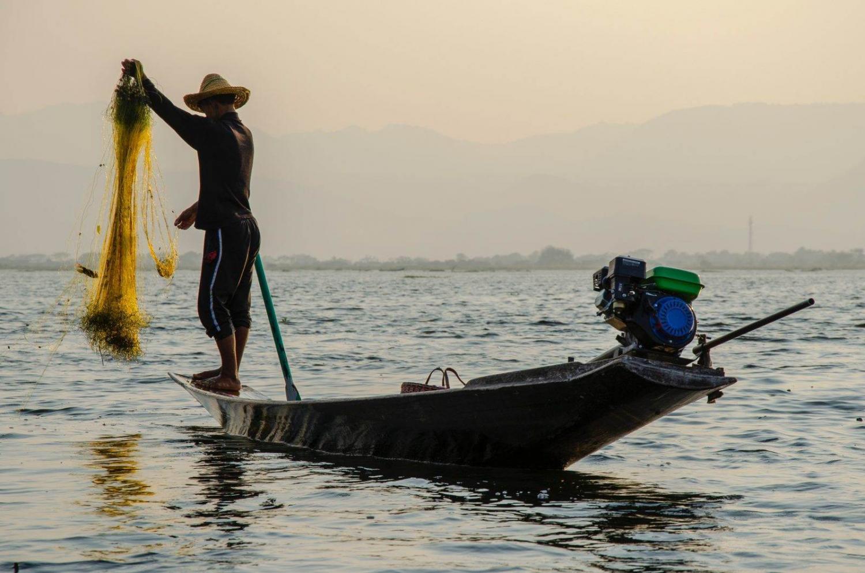 hombre pescando en barca