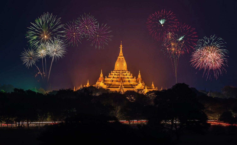 Pagoda iluminada con fuegos artificiales