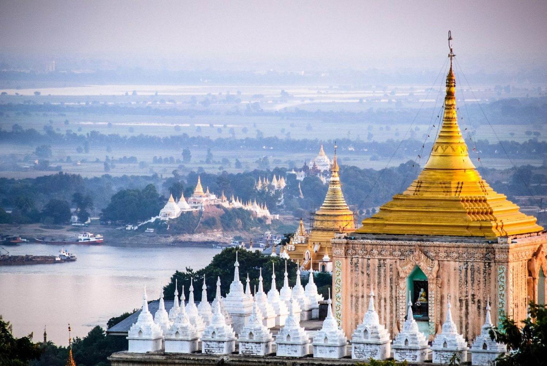 Vista de una pagoda junto al mar