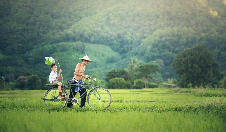 hombre en bicicleta con niño en mynamar