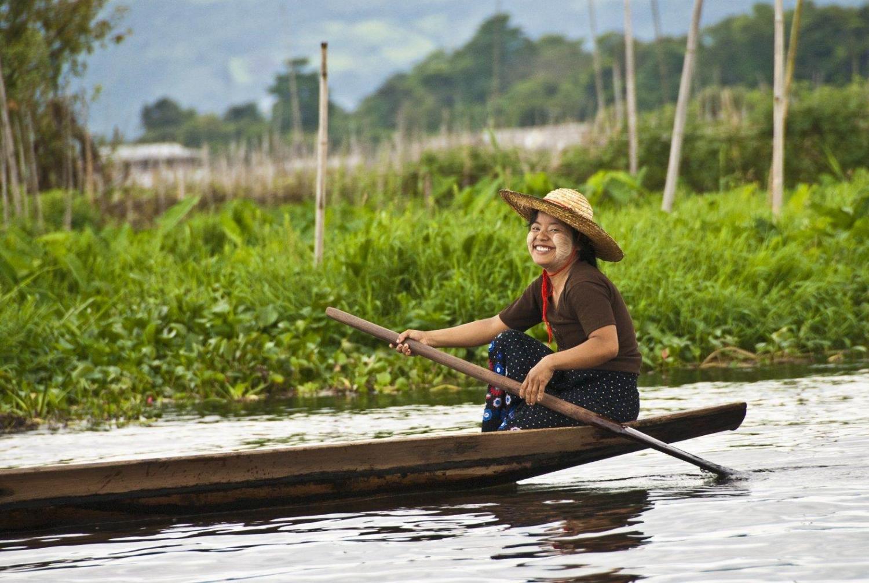 chica sonriendo en rio de myanmar