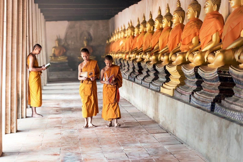 monjes paseando por un pasillo en un templo de Angkor Wat