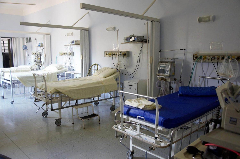 habitación de hospital con varias camas