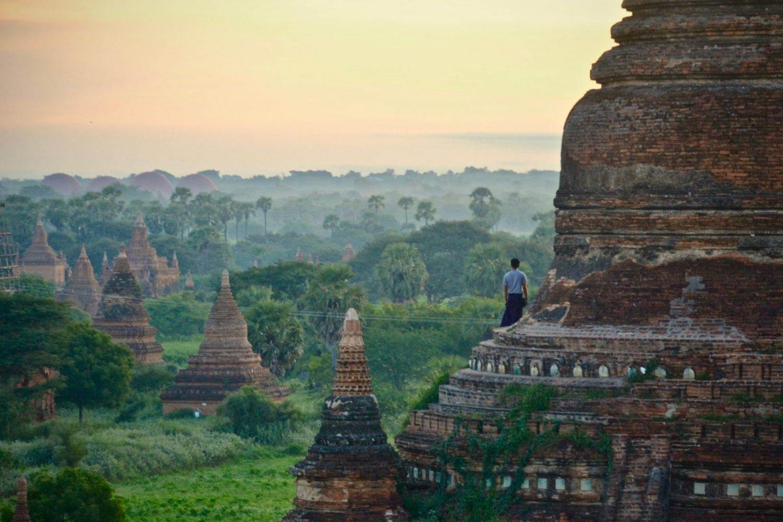 pagodas birmanas en mitad de la selva al amanecer