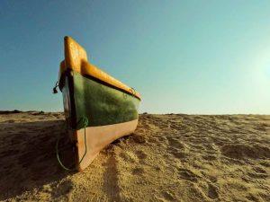 Barco en la arena de la playa