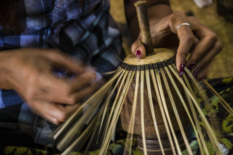Una artesana prepara un cuenco de bambú en una de las muchas artesanías de lacado en Bagan.