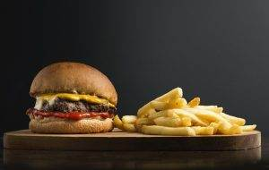 Hamburguesa americana con patatas fritas