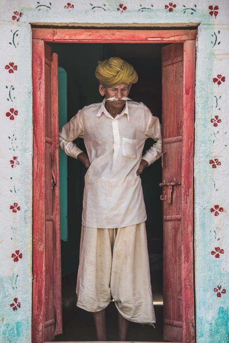 hombre indio mayor con bigote y turbante