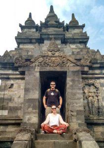 Natalia y Alejandro en los templos Borobudur y Prambanan