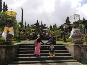 Alejandro y Natalia en el templo Madre Besakih