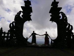 Alejandro y Natalia disfrutando de un atardecer en Yogyakarta