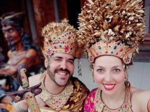 Alejandro y Natalia vestidos con trajes tradicionales