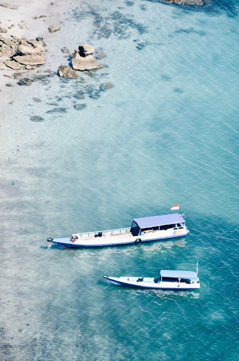 Barcos en playa de aguas cristalinas