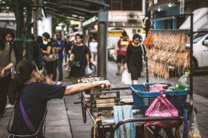 Puesto de comida de Indonesia con calamares secos