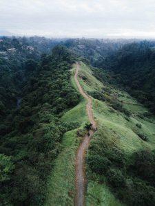 Senda entre las montañas de Indonesia