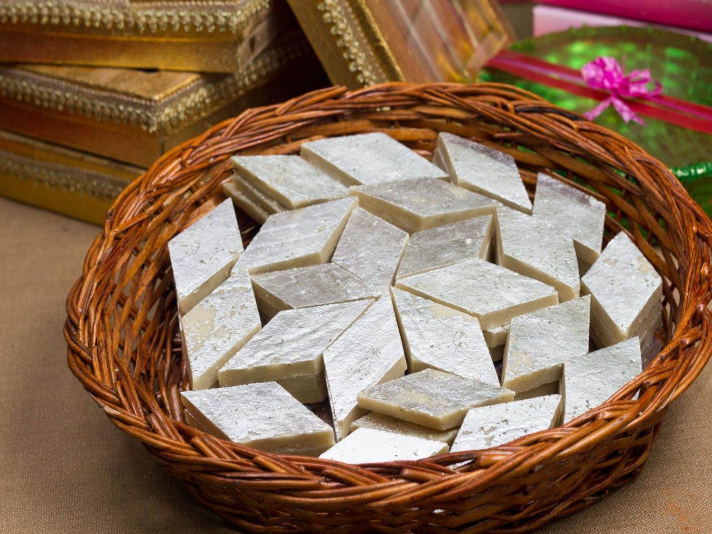 kaju barfi en una cesta de miembre