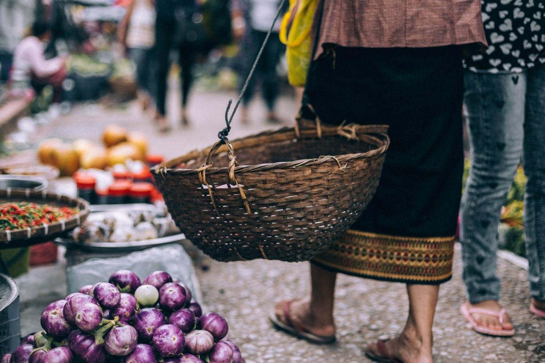 mujer haciendo la compra en un mercado de laos