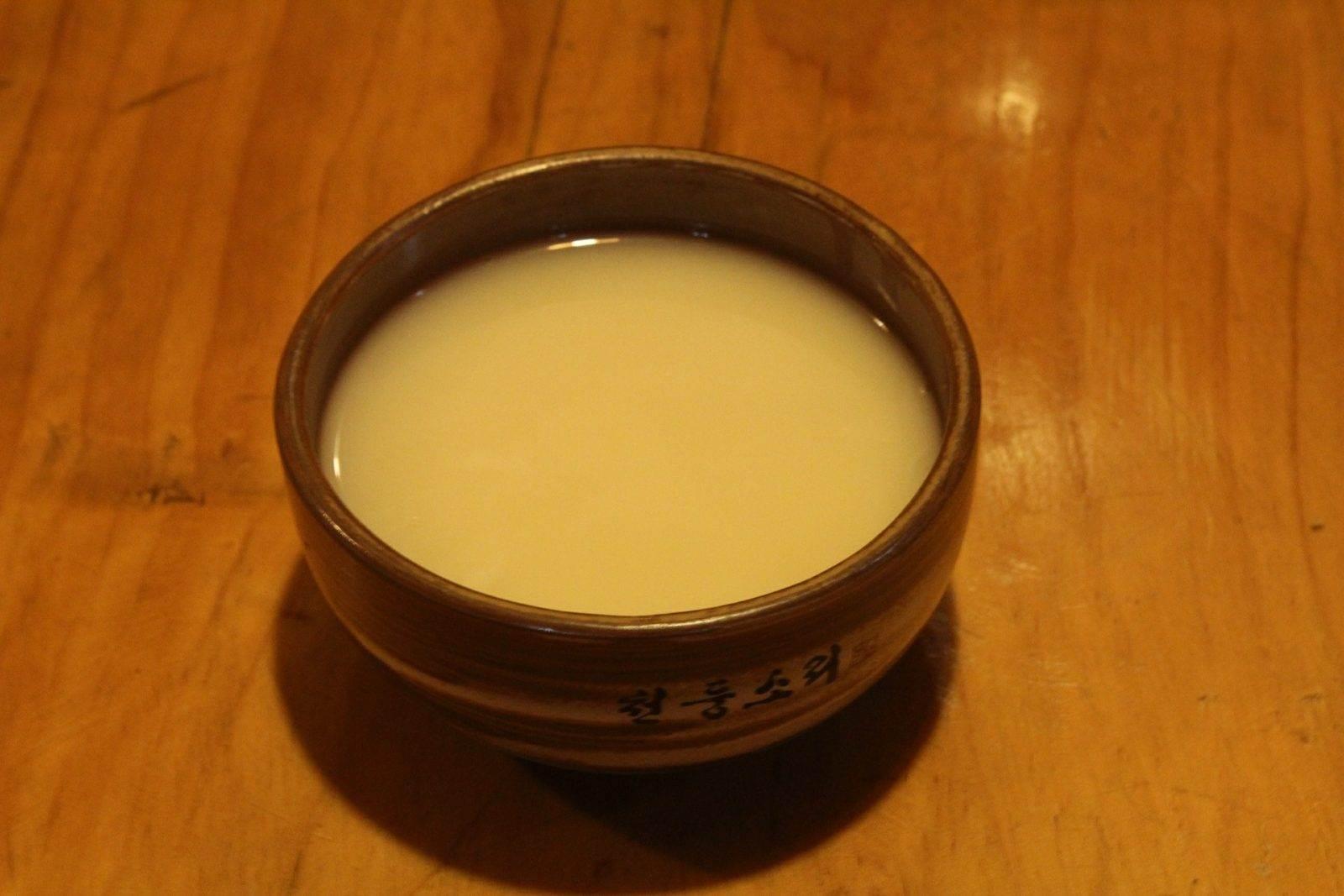 Cuenco tradicional con licor de arroz