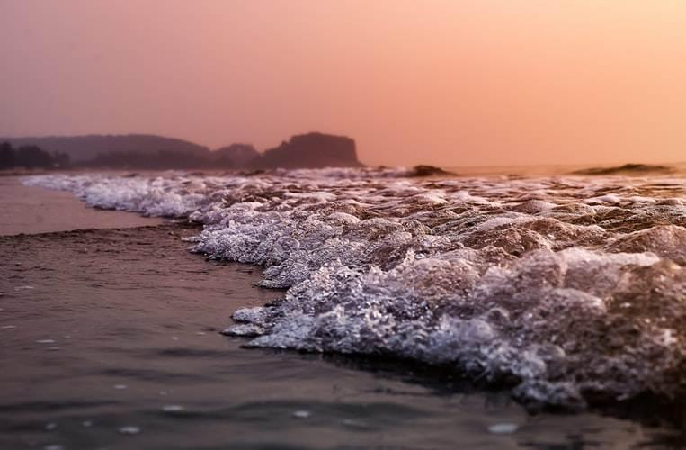 Olas en la orilla en un atardecer de Kashid Beach