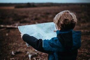 Niño rubio con mapa de espaldas