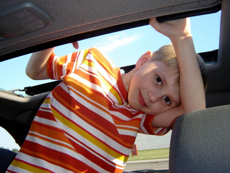 niño en un coche