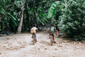 Niños en bici por Camboya