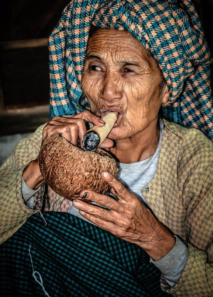 anciana fumando una pipa de opio birmana