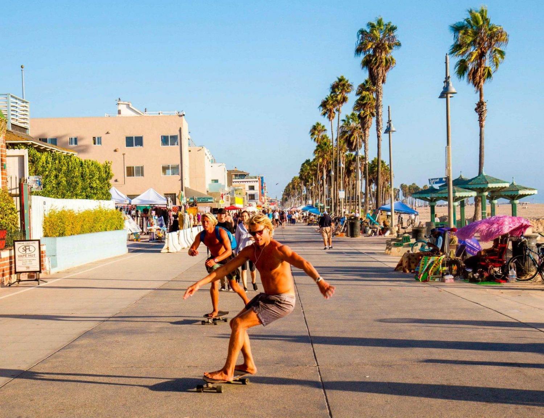 Skaters en el paseo marítimo de Santa Mónica
