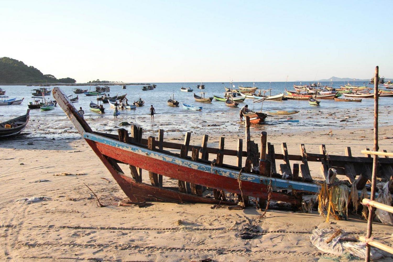 barca en la orilla