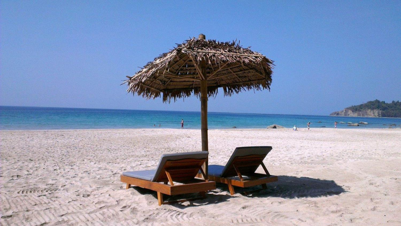 hamaca con sombrilla en la playa