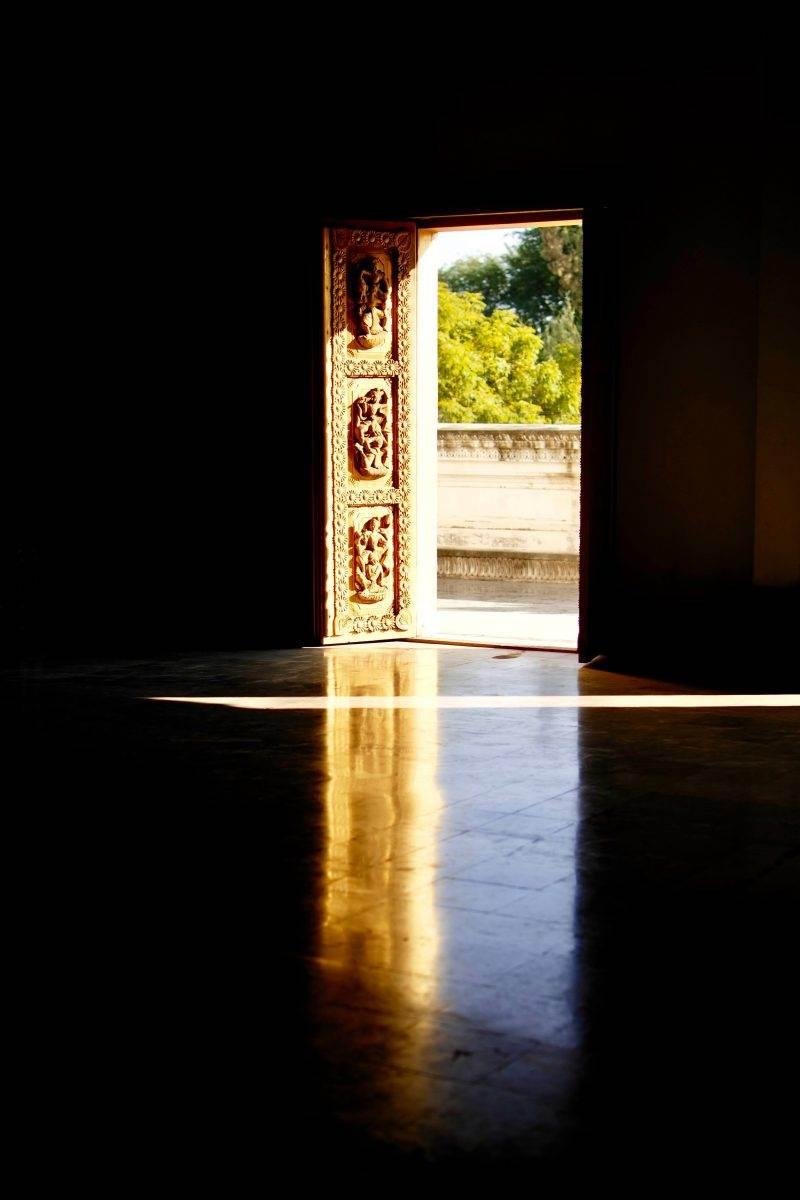 Vista externa desde el interior de un templo