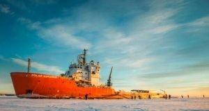 barco en el hielo