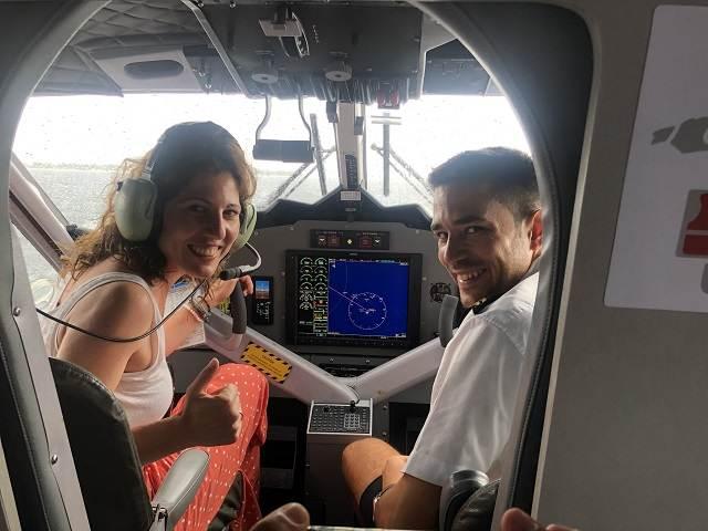 Sofía y un piloto de hidroavión