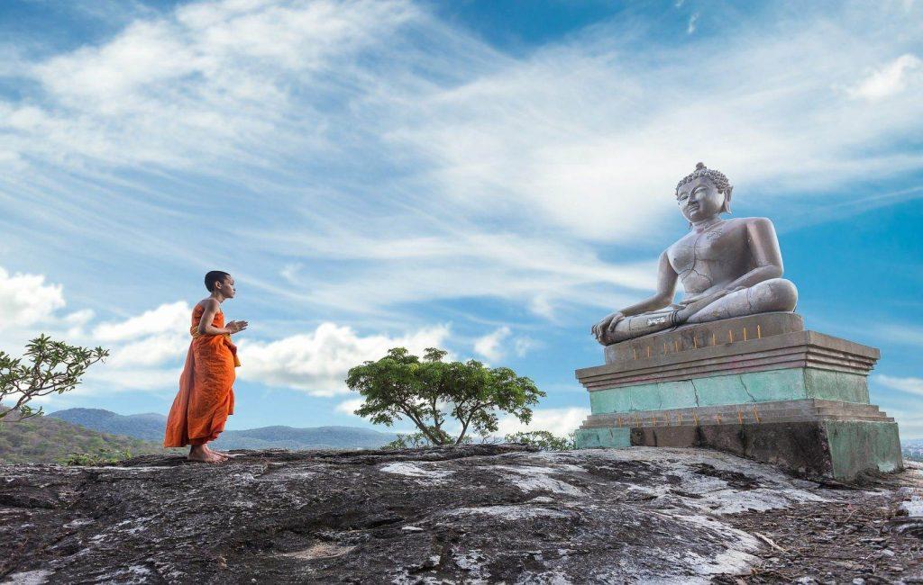 niño reza en tailandia