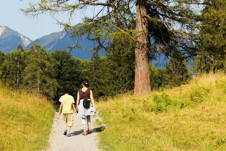 madre paseando con su hijo en yosemite