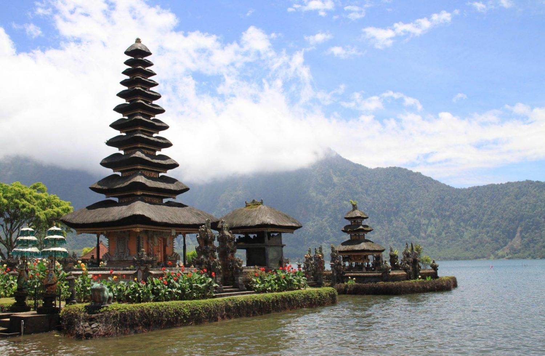 templo en lago de Bali