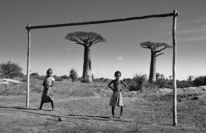 Dos niños jugando junto a una portería de madera en Madagascar