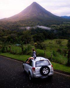 Chica admirando la panorámica del Volcán Arenal en Costa Rica