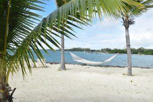 Hamaca entre palmeras en una playa de Tulear