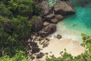 Playa balinesa con aguas azul turquesa