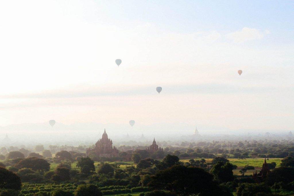 Amanecer con globos aerostáticos sobre el complejo de Bagan