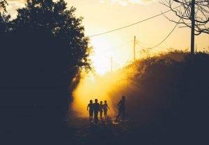 Niños correteando en un atardecer malgache