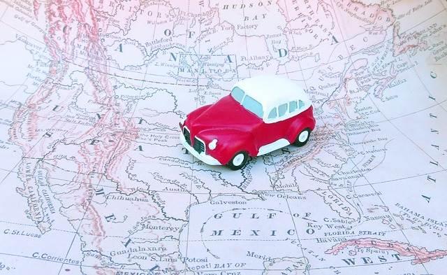 coche sobre un mapa de viaje