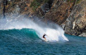 Chico surfeando en las costas de Costa Rica