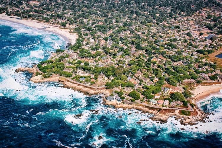 Vista aérea de la bahía de Carmel en California