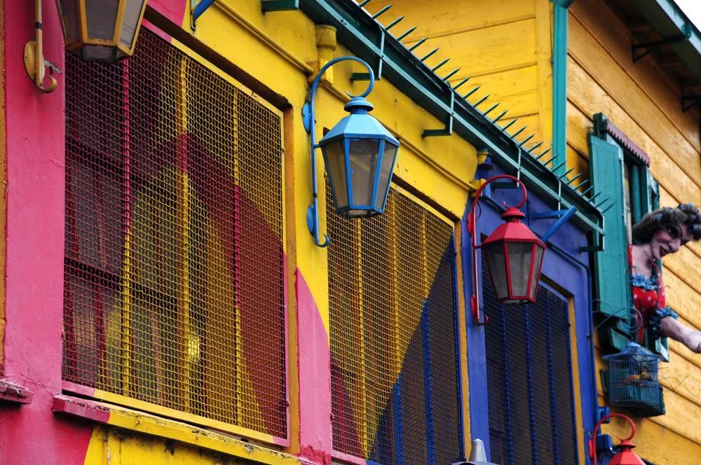 Fachada de colores en el barrio de La Boca de Buenos Aires